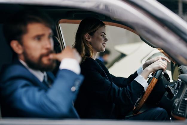 Geschäftsmann und frau, die ein auto fahren, erbringung von dienstleistungen