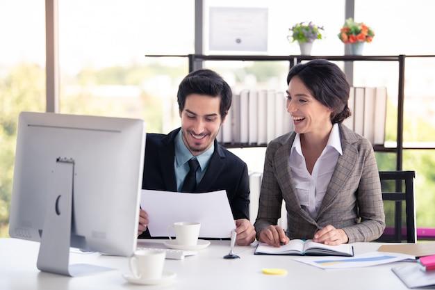 Geschäftsmann und frau, die im modernen büro-, geschäfts- und finanzkonzept arbeiten