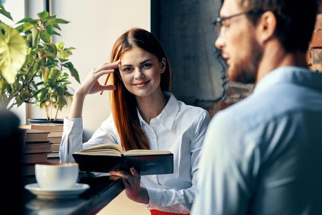 Geschäftsmann und -frau, die in einem caféarbeitslebensstil plaudert
