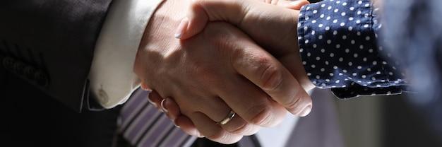 Geschäftsmann und frau hand schütteln innenbüro