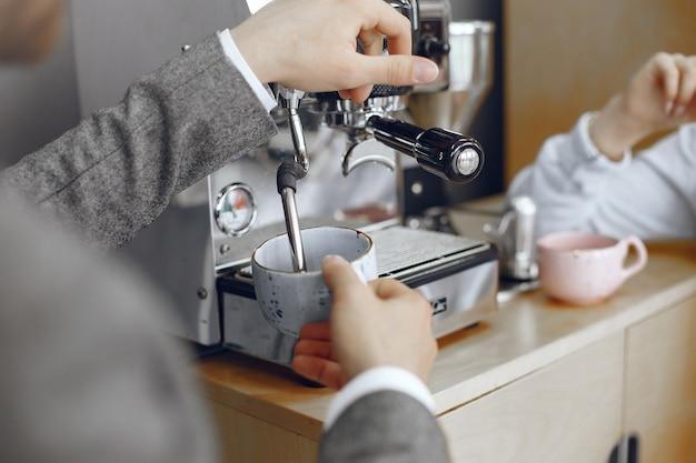 Geschäftsmann und frau im büro. kaffeepause im flur des großen unternehmens.