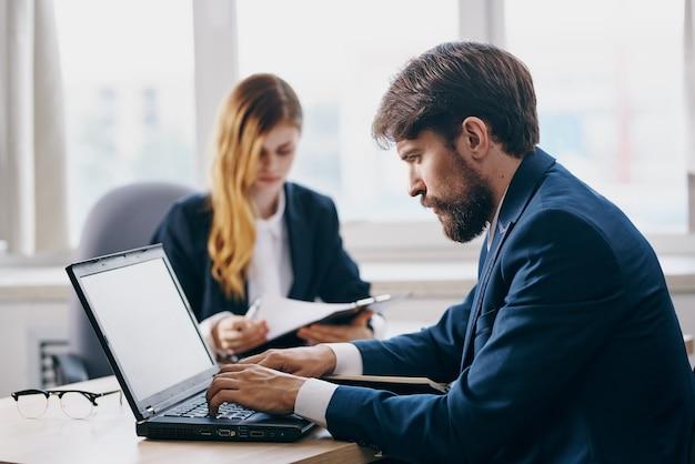 Geschäftsmann und frau im büro vor einem laptop karriere-netzwerk-beamte