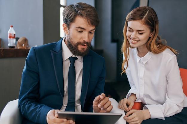 Geschäftsmann und frau kommunizieren mit der teamarbeit der tablet-beamten