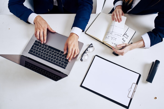 Geschäftsmann und frau laptop und dokumente auf dem tisch beamte