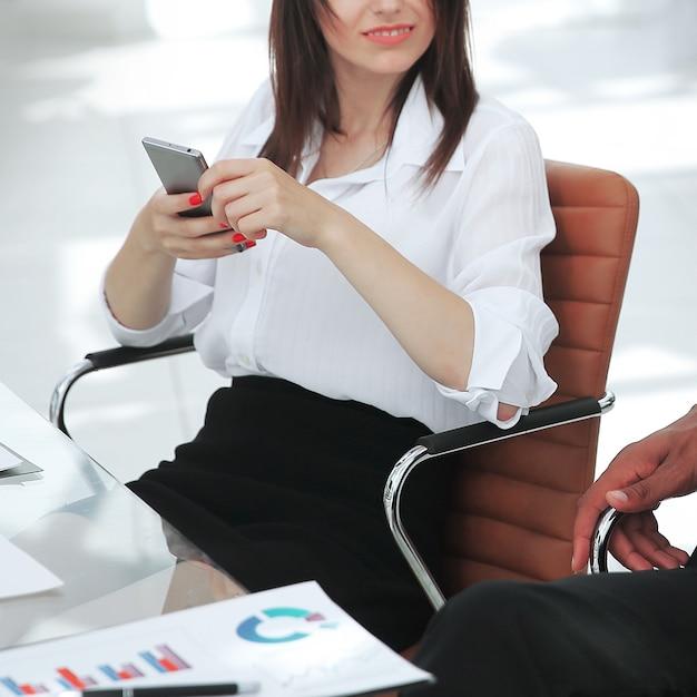 Geschäftsmann und geschäftsfrau, die an einem schreibtisch sitzen