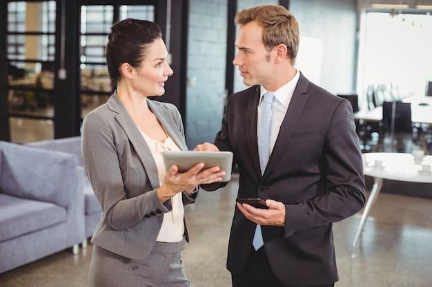 Geschäftsmann und geschäftsfrau, die digitale tablette verwendet
