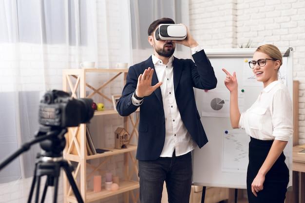 Geschäftsmann und geschäftsfrau, die vr-virtuelle realität verwendet.