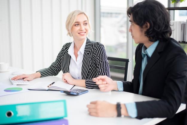 Geschäftsmann und geschäftsfrau sind analytikgeschäftsdaten