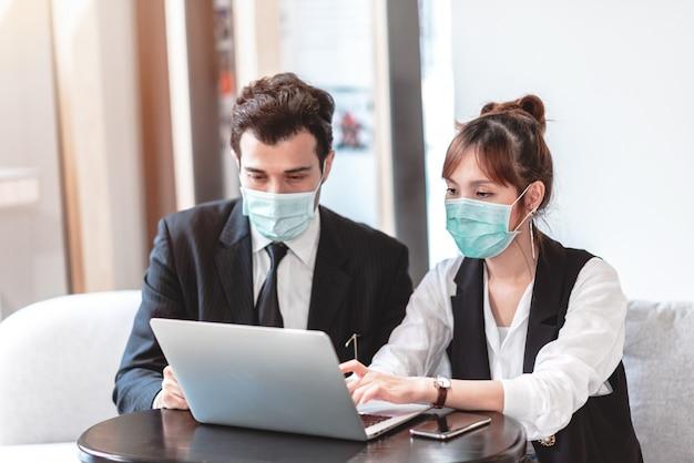Geschäftsmann und geschäftsfrau tragen schutzmaske zum schutz vor luftverschmutzung, umweltbewusstsein und coronavirus covid-19-ausbruch.