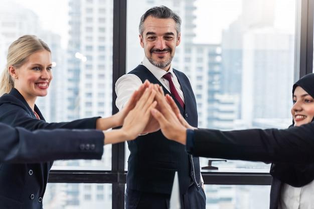 Geschäftsmann und geschäftsfrauen händeschütteln während eines treffens