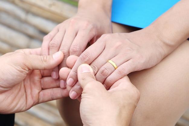 Geschäftsmann und geschäftsfrauen halten hand