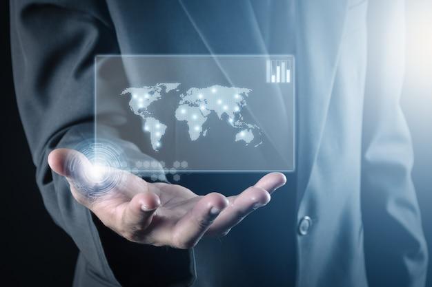 Geschäftsmann und hand, die weltkarte des daten- und informationsnetzes halten