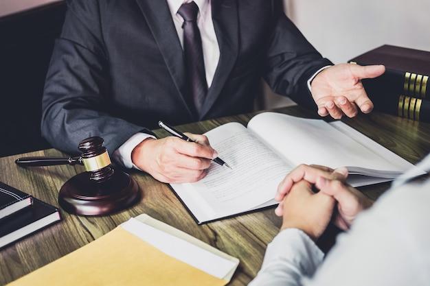 Geschäftsmann und männlicher rechtsanwalt oder richter konsultieren, teambesprechung mit klienten habend