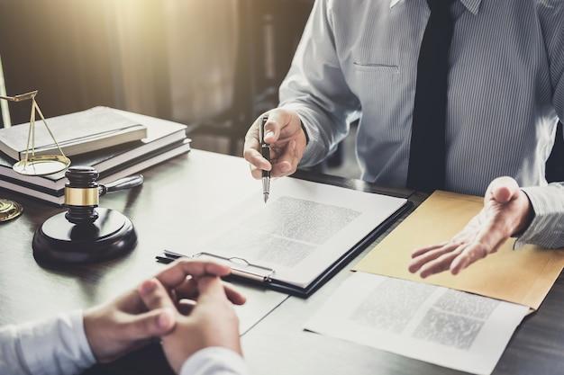 Geschäftsmann und männlicher rechtsanwalt oder richter konsultieren, teamtreffen mit kunden habend