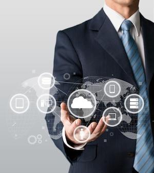 Geschäftsmann und tablet-pc mit abstrakten business-icon-skizzen im hintergrund