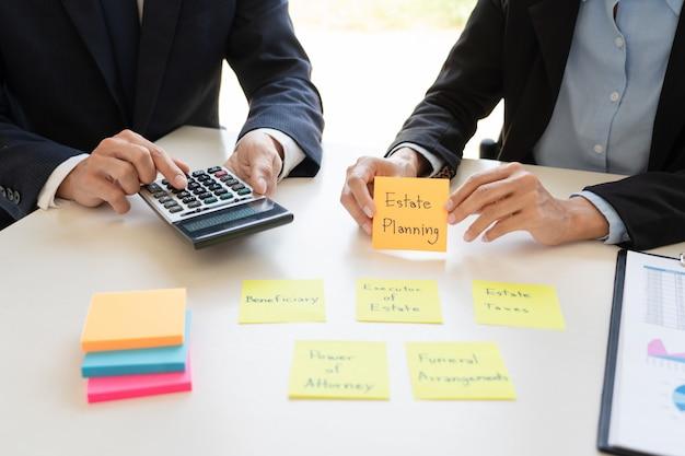 Geschäftsmann und team, die finanzbericht für die planung des finanzkundenfalls im büro analysieren.