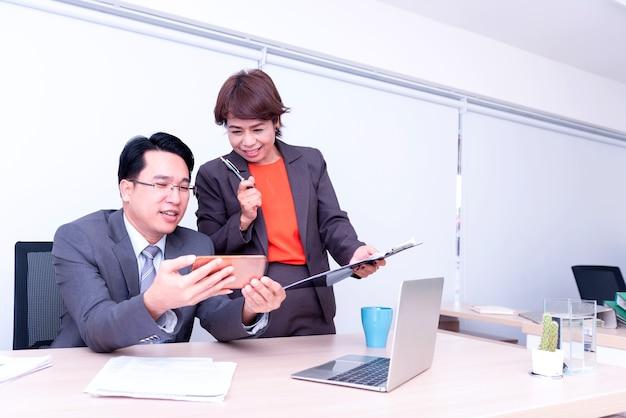 Geschäftsmann und teamarbeit, die auf dem handy für geschäftsziele und erfolgreich arbeiten