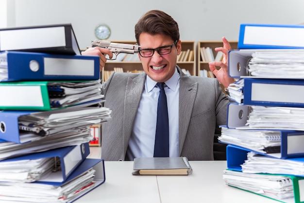 Geschäftsmann unter stress wegen übermäßiger arbeit