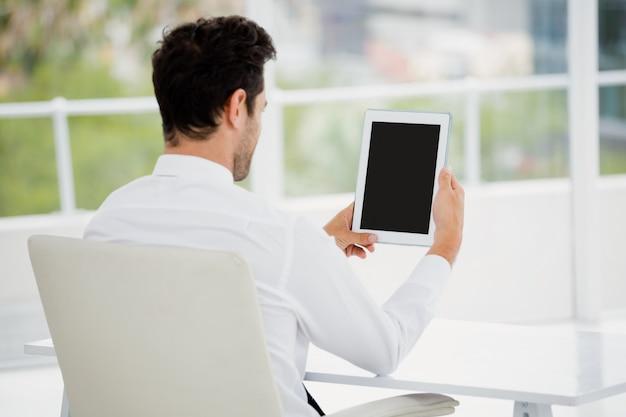 Geschäftsmann unter verwendung der digitalen tablette