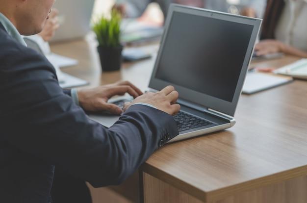 Geschäftsmann unter verwendung der laptop-computers beim treffen des teamgeschäfts, konferenz-planungs-geschäfts-konzept