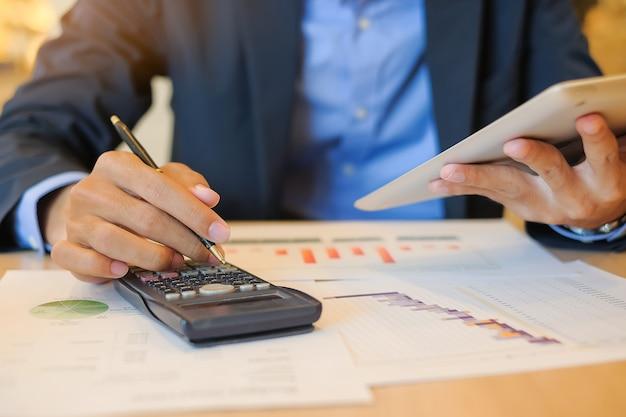 Geschäftsmann unter verwendung der tablette für analysemarketing-plan