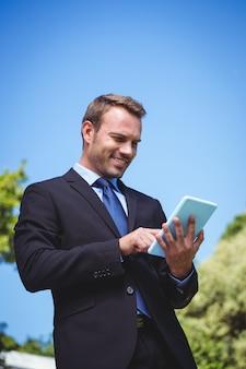 Geschäftsmann unter verwendung der tablette