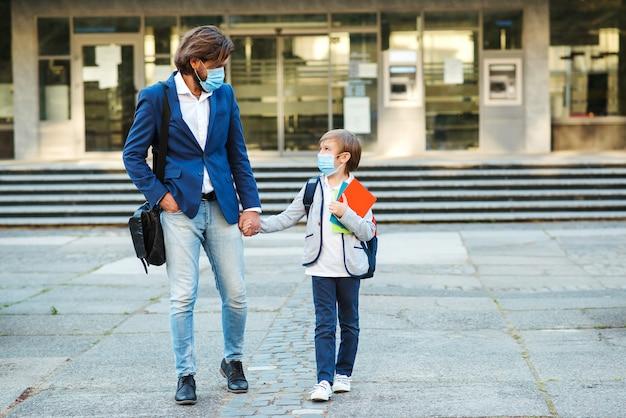 Geschäftsmann vater und sohn gehen zur schule.