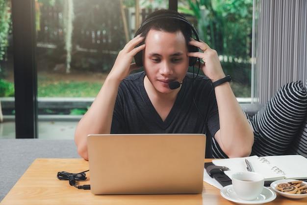 Geschäftsmann-videoanruf mit kunden auf laptop im home office