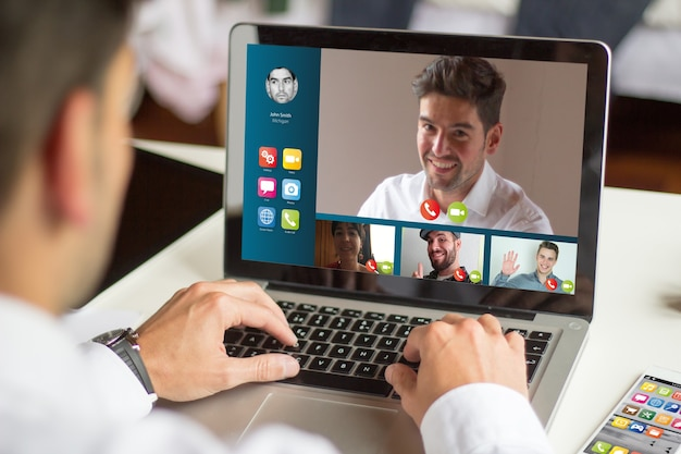 Geschäftsmann videokonferenz mit einem laptop, alle bildschirmgrafiken sind zusammengestellt.
