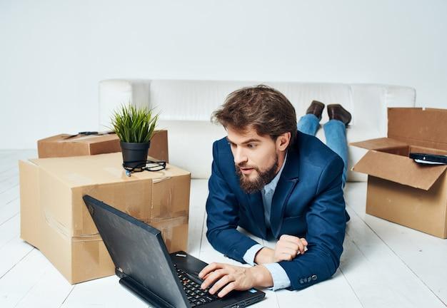 Geschäftsmann vor laptop umzugskarton mit sachen