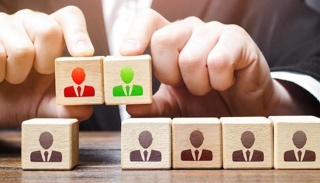 Geschäftsmann wählt einen kandidaten für das team führung und personalmanagement