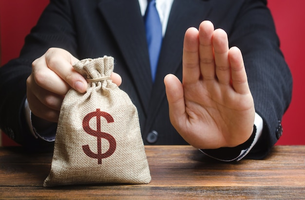 Geschäftsmann weigert sich, eine geldtasche zu geben. verweigerung der gewährung einer darlehenshypothek