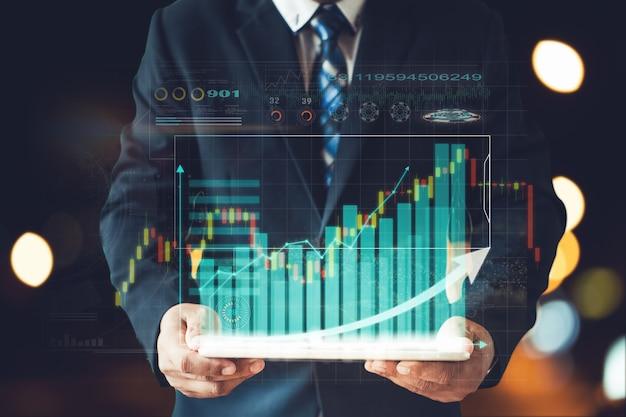 Geschäftsmann weißer anzug präsentiert informationsdiagramm von aktieninvestitionen