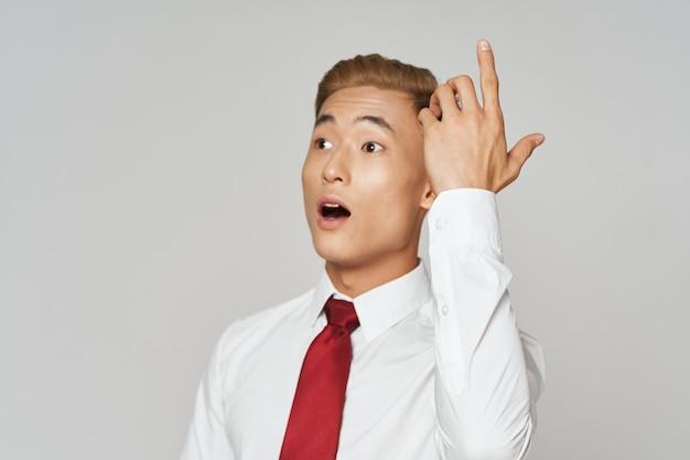 Geschäftsmann weißes hemd binden gesten mit händen lebensstil emotionen