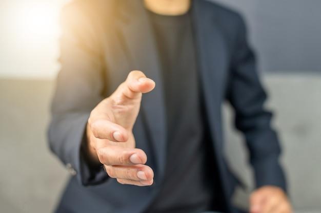 Geschäftsmann willkommen, das geschäft mit der hand zu schütteln