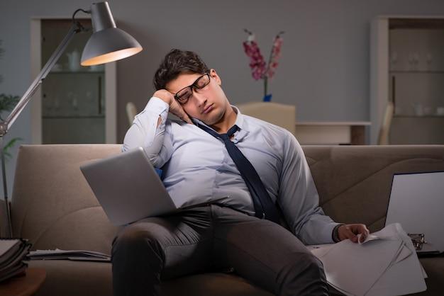 Geschäftsmann workaholic spät zu hause arbeiten