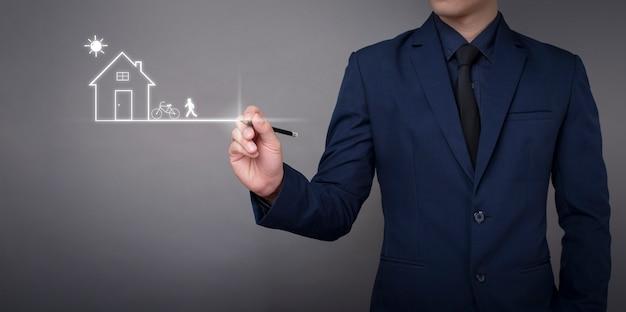 Geschäftsmann zeichnet das haus auf digitalem virtuellem bildschirm