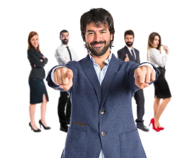 Geschäftsmann zeigt auf die vorderseite auf weißem hintergrund