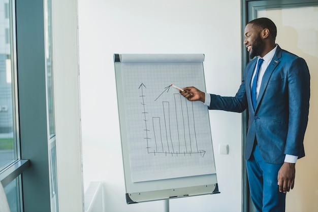 Geschäftsmann zeigt diagramm