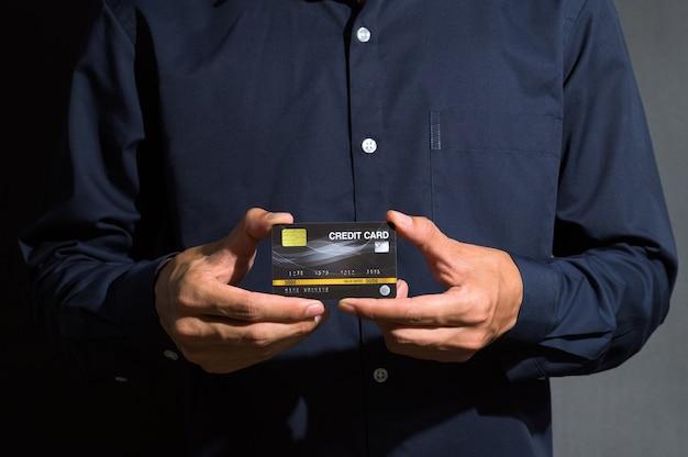 Geschäftsmann zeigt eine kreditkarte
