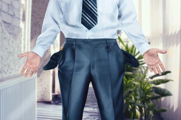 Geschäftsmann zeigt leere taschen