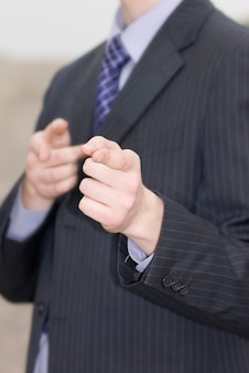 Geschäftsmann zeigt mit den fingern