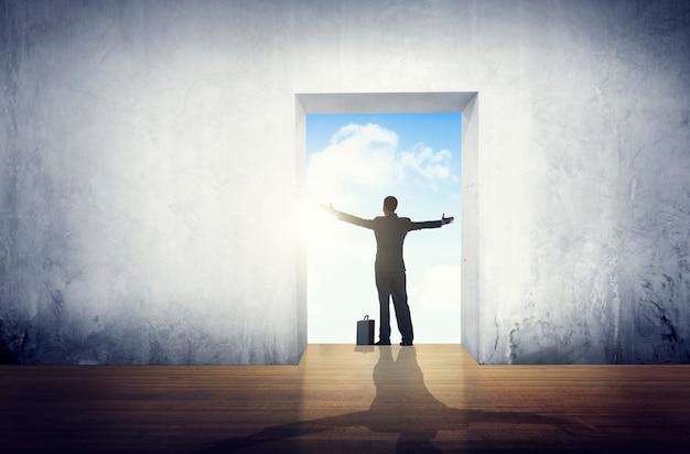 Geschäftsmann-zufriedenheits-arme streckten freiheits-konzept aus