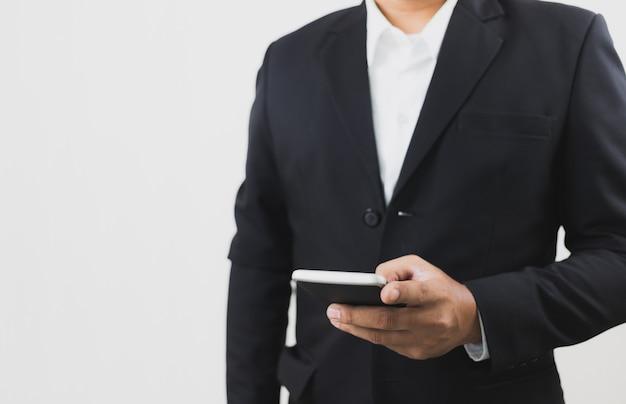 Geschäftsmannabnutzungsklagen-handholding und intelligentes telefon des touch screen. telekommunikation