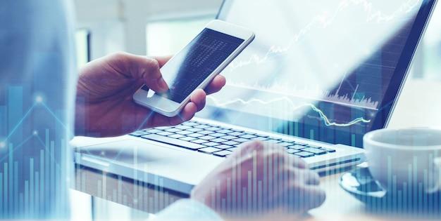 Geschäftsmannanalyse auf digitaler börsenfinanz