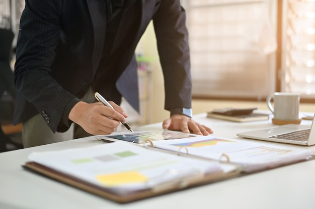 Geschäftsmannanalysedaten bezüglich der digitalen tablette.