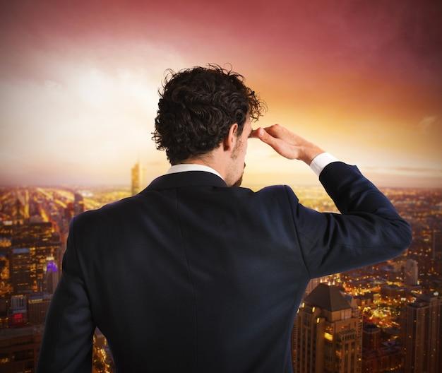 Geschäftsmannansicht von oben ansicht der stadt während des sonnenaufgangs