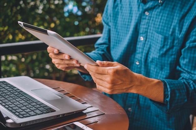 Geschäftsmannarbeiter, der tablette verwendet, die e-mail durch internet überprüft