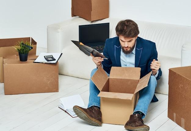 Geschäftsmannboxen mit dingen, die bürolebensstiloffizier bewegen. hochwertiges foto