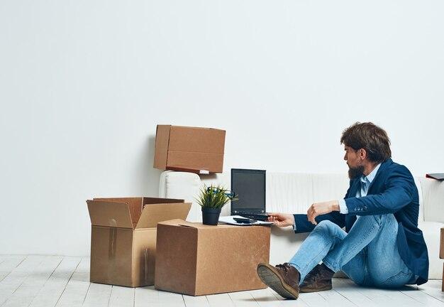 Geschäftsmannboxen mit dingen, die laptoparbeit professionell auspacken